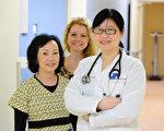 谭燕医生(右)与诊所同仁在北昆士诊所为您服务。(昆士医疗中心提供)