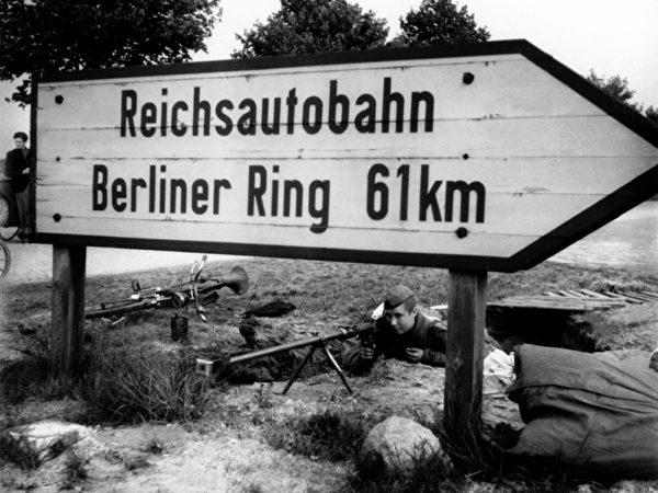 二战中的路标 (图片由卡昂纪念馆提供© Tony Vaccaro)