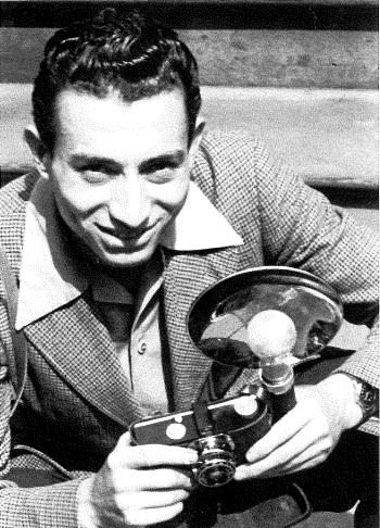 托尼•瓦卡罗和1942年的35mm Argus C3照相机 (图片由卡昂纪念馆提供© Tony Vaccaro)