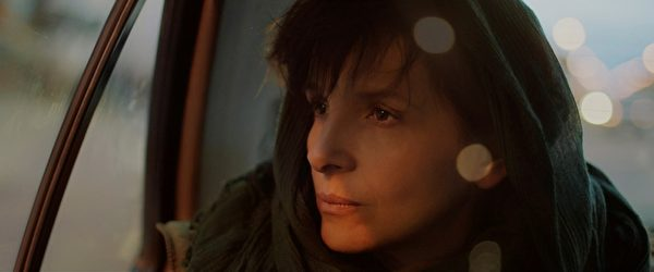 影后茱麗葉‧畢諾許將《一千次晚安》中陷入家庭與事業兩難的戰地攝影師演譯的絲絲入扣。(台北電影節提供)