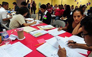 """2012年8月15日,洛杉矶开始受理申请""""梦想者""""留在美国的""""达卡""""。(FREDERIC J. BROWN/AFP/GettyImages)"""