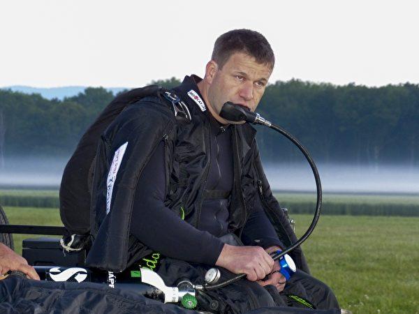 蓝恩在这场特技前半小时做好准备,密集从氧气筒吸取氧气。(AFP)