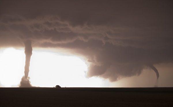 2012年5月25日横扫堪萨斯州的两个龙卷风。(图片来源:Jim Reed提供)