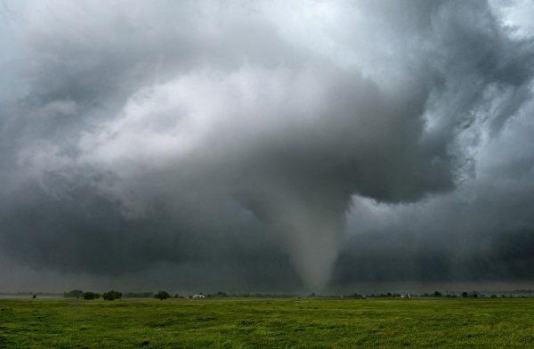 里德于2010年5月19日在奥克拉荷马州拍到的大型龙卷风。(图片来源:Jim Reed提供)