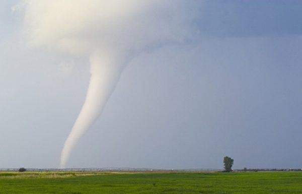 这是在内布拉斯加州拍到的龙卷风,时间是2003年6月9日。(图片来源:Jim Reed提供)