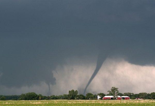 2003年6月24日同时出现在南达科他州的两个龙卷风。(图片来源:Jim Reed提供)