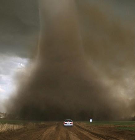 2002年4月11日出现在堪萨斯州的龙卷风。(图片来源:Jim Reed提供)