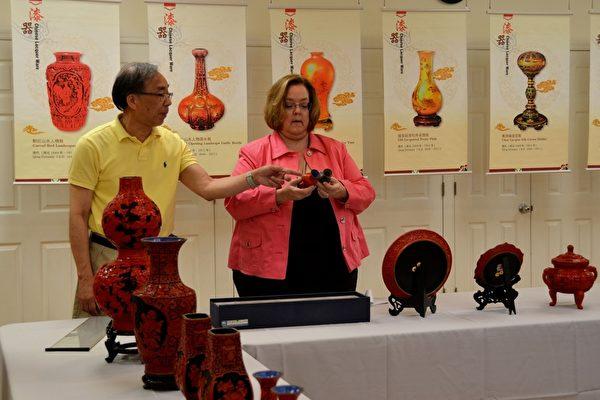 中国节筹备会主席莫大镇先生在介绍中国古漆器的制作。(良克霖/大纪元)