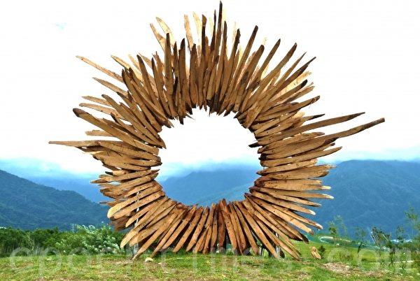 林后四林平地森林园区艺术家用林木创作原住民太阳意象,中心口可眺望远处之大武山。(郑池南 /大纪元)