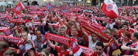 德甲最后一轮对阵斯图加特的比赛过后,慕尼黑市中心的球迷便开始了庆祝活动。(ANGELIKA WARMUTH/AFP)