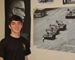 美国麻州北牛顿高中学生德格鲁特(Henry DeGroot)在卧室内勇士王维林阻挡中共坦克车的海报前留影。(毕儒宗/大纪元)