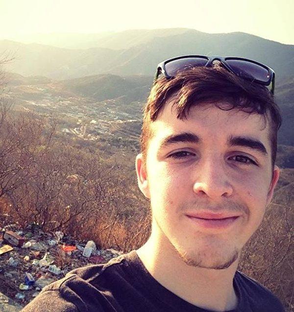 亨利•德格魯特在一處滿地是垃圾的山頂上自拍。(亨利•德格魯特提供)