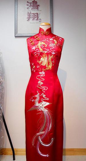 一件好的旗袍,是意蕴与剪裁的双赢,它既源于穿着者的气度涵养,也得益于制作者的匠心独具。(上海鸿翔店提供)