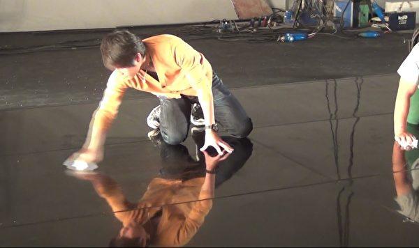 怕爱徒跳舞滑倒,孙协志下跪亲手擦地板。(不动心娱乐提供)