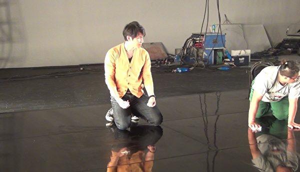 孙协志除了当导演还兼场务下跪擦地。(不动心娱乐提供)