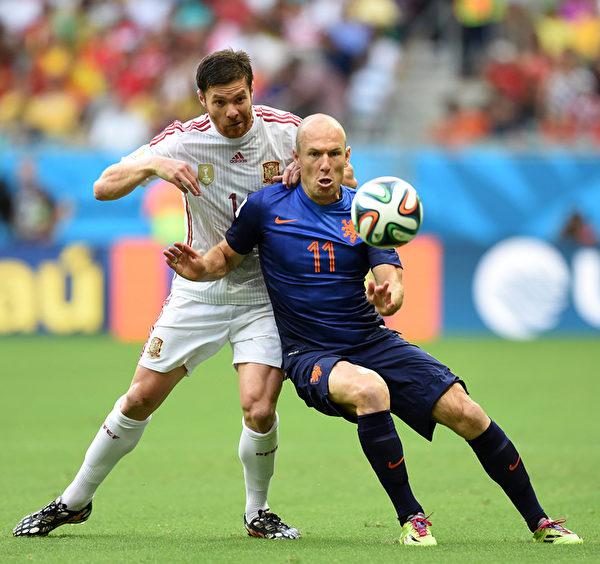 荷蘭的羅本(右)和西班牙的阿隆索(左)的對抗瞬間。(JAVIER SORIANO/AFP)