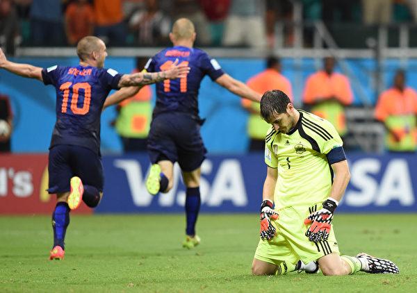 羅本(11號)梅開二度,球隊4-1大比分領先對手,西班牙門將卡西利亞斯靜靜的歸在球場。(JAVIER SORIANO/AFP)