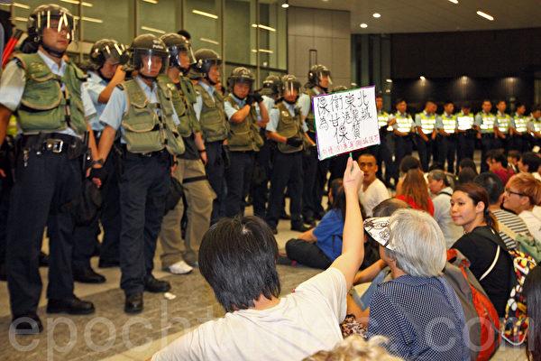 香港立法會財委會星期五(6月13日)審議特首梁振英強推的新界東北發展計劃的前期工程撥款,由於財委會主席、梁振英的超級梁粉吳亮星在晚上突宣佈「剪布」進入表決程序,引起場外超過一千名的示威者不滿,衝擊立法會大樓;警方出動防暴警察,一共拘捕21人。(潘在殊/大紀元)
