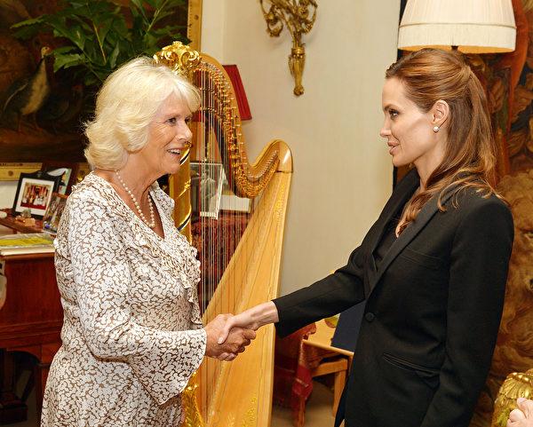 2014年6月13日,安吉麗娜•朱莉(右)在卡拉倫斯王府與查爾斯王子夫人卡米拉見面,就反性暴力的話題進行交流。(John Stillwell - WPA Pool/Getty Images)