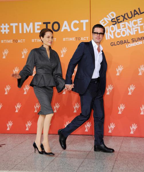 2014年6月13日,安吉麗娜•朱莉(左)與伴侶布拉德•皮特出席在倫敦舉行的為期四天的「反戰地性暴力國際峰會」。(Eamonn M. McCormack/Getty Images)