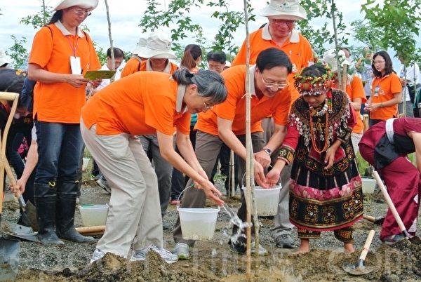 行政院长江宜桦与夫人及排湾族小公主进行林区植树。(郑池南 /大纪元)