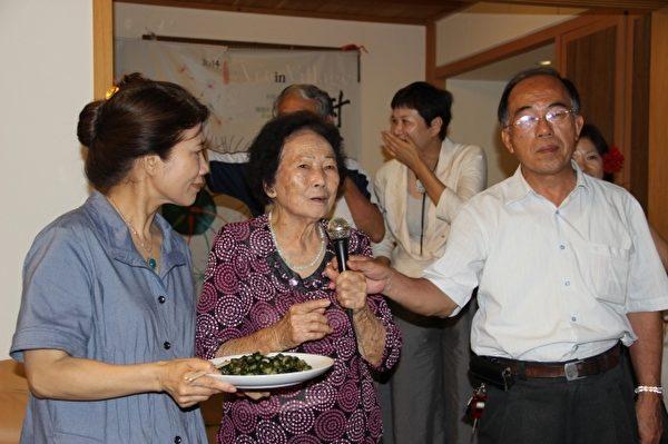 林锡忠乡长的妈妈(中)介绍腌制小黄瓜的方法。(谢月琴/大纪元)