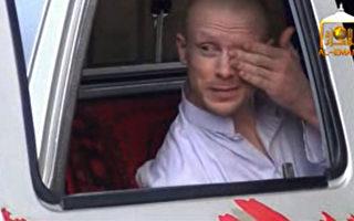 6月4日的一份錄像顯示,美國陸軍中士伯格達爾(Bowe Bergdahl)在被釋放前夕的畫面。(AFP PHOTO/Al-Emara)