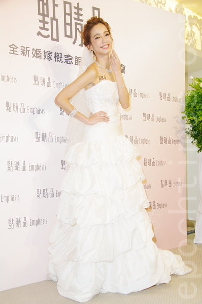 陳庭妮在新北市出席點晴品開幕活動,表示希望28歲結婚。(黃宗茂/大紀元)