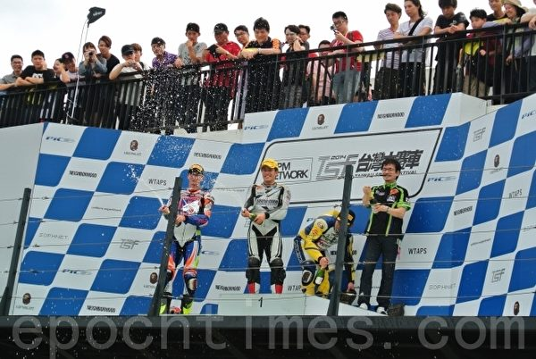 六届亚洲道路锦标赛冠军的日本车手浜口俊之,第2站比赛奋战18圈,拿下SS600组冠军,开香槟庆祝。(郑池南 /大纪元)