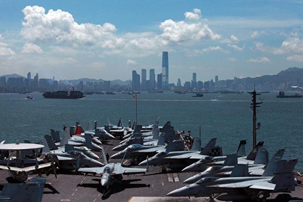 """中共推出""""白皮书""""引发香港震动之际,中共驻港部队总部的外墙灯饰日前亮起一个""""武""""字,被舆论称为驻港部队有炫耀武力之意。与此同时,据俄罗斯媒体报导,美国""""乔治•华盛顿""""号航母战斗群16日驶入香港。图为,2012年7月10日,停靠在香港的""""乔治•华盛顿""""号航母。(aaron tam/AFP/GettyImages)"""