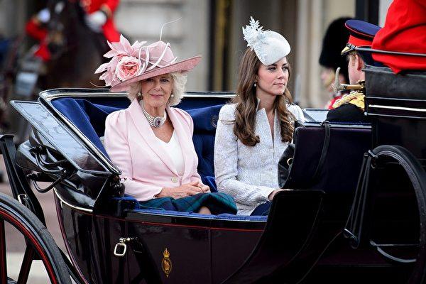 2014年6月14日,英女王官方生日慶典,(左起)康沃尔伯爵夫人(即查爾斯王儲夫人)卡米拉、劍橋伯爵夫人凱瑟琳(即凱特王妃)與哈里王子乘坐馬車穿過皇家騎兵衛隊閱兵場。(Chris Jackson/Getty Images)