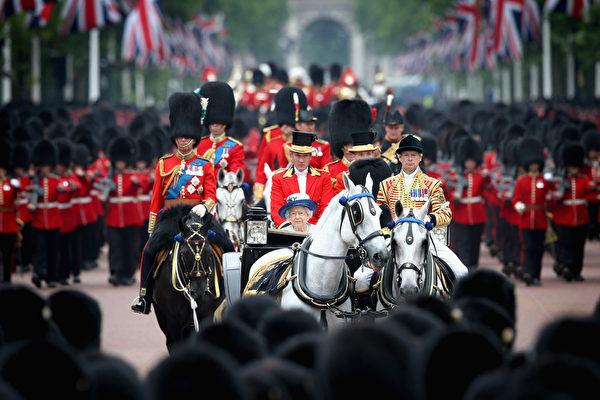 2014年6月14日,英女王伊麗莎白二世88歲生日官方慶典,女王和菲利普親王乘坐馬車穿過皇家騎兵衛隊閱兵場。(Chris Jackson/Getty Images)