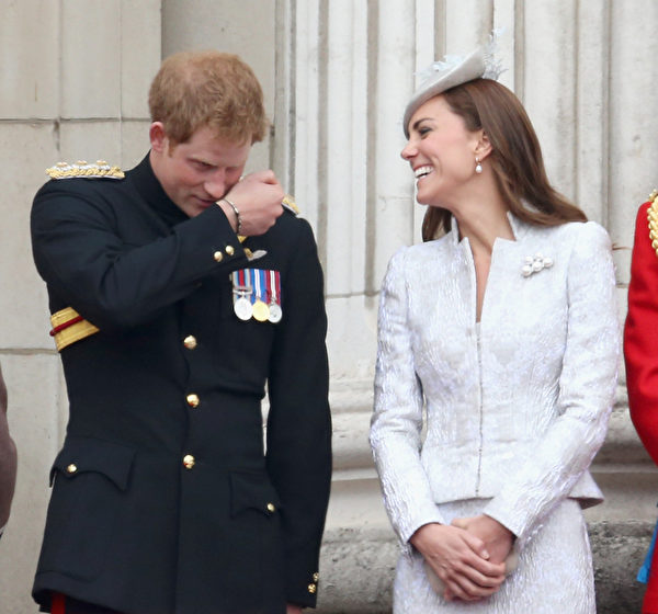 2014年6月14日,凱特王妃與哈里王子談笑風生。(Chris Jackson/Getty Images)
