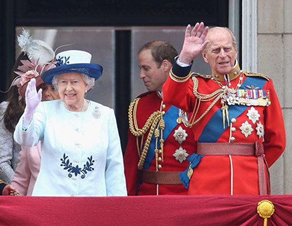 2014年6月14日,英女王伊麗莎白二世和菲利普親王在白金漢宮陽台上向民眾招手。(Chris Jackson/Getty Images)