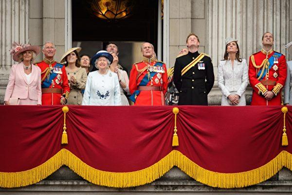 2014年6月14日,英女王官方生日慶典上,(左起)查爾斯王子夫人卡米拉、英女王伊麗莎白二世、菲利普親王、哈里王子、凱特王妃和威廉王子在白金漢宮陽台上觀看皇家空軍飛行表演。(Chris Jackson/Getty Images)