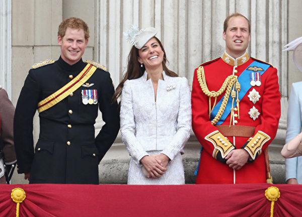2014年6月14日,(左起)哈里王子、凱特王妃和威廉王子在白金漢宮陽台上。(Chris Jackson/Getty Images)