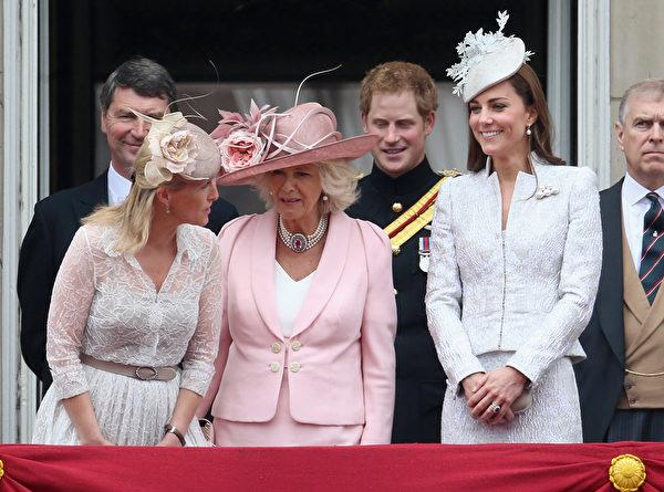 2014年6月14日,英女王官方生日慶典上,(前排左起)威塞克斯伯爵(即愛德華王子)夫人蘇菲、康沃尔伯爵夫人(即查爾斯王子夫人)卡米拉及劍橋伯爵夫人凱瑟琳(即凱特王妃)立於白金漢宮陽台。(Chris Jackson/Getty Images)