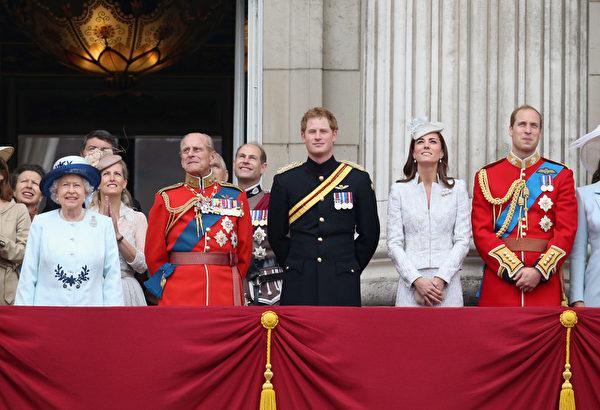 2014年6月14日,英女王官方生日慶典上,(左起)英女王伊麗莎白二世、菲利普親王、哈里王子、凱特王妃和威廉王子立於白金漢宮陽台。(Chris Jackson/Getty Images)