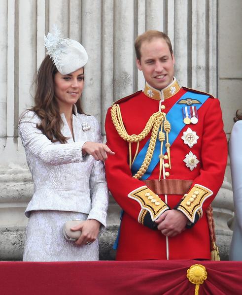 2014年6月14日,英女王官方生日慶典上,凱特王妃和威廉王子立於白金漢宮陽台。(Chris Jackson/Getty Images)