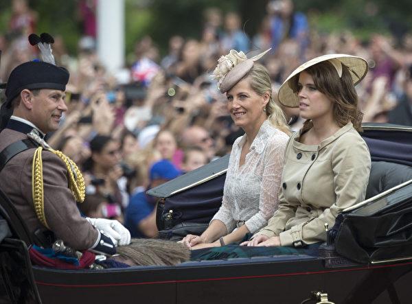 2014年6月14日,威塞克斯伯爵(即愛德華王子)、夫人蘇菲和尤金妮公主乘坐的馬車穿過皇家騎兵衛隊閱兵場。(Arthur Edwards - WPA Pool /Getty Images)
