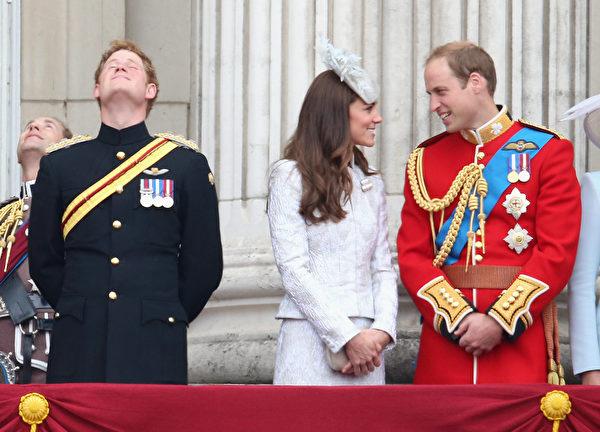 2014年6月14日,英女王官方生日慶典上,(左起)哈里王子、凱特王妃和威廉王子在白金漢宮陽台上觀看皇家空軍飛行表演。(Chris Jackson/Getty Images)