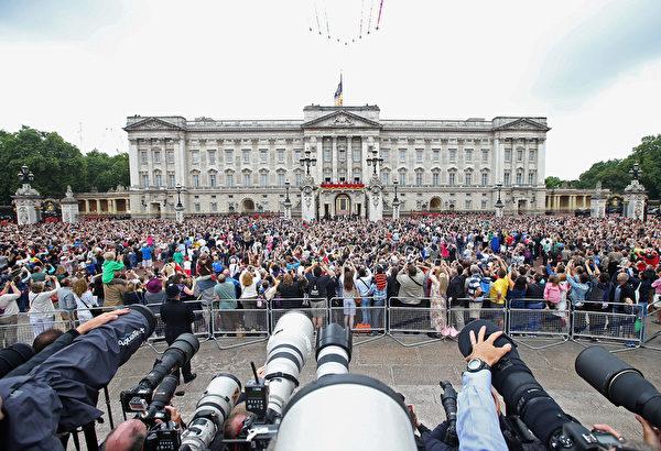2014年6月14日,英國皇家空軍正在白金漢宮上空進行飛行表演。(Chris Jackson/Getty Images)