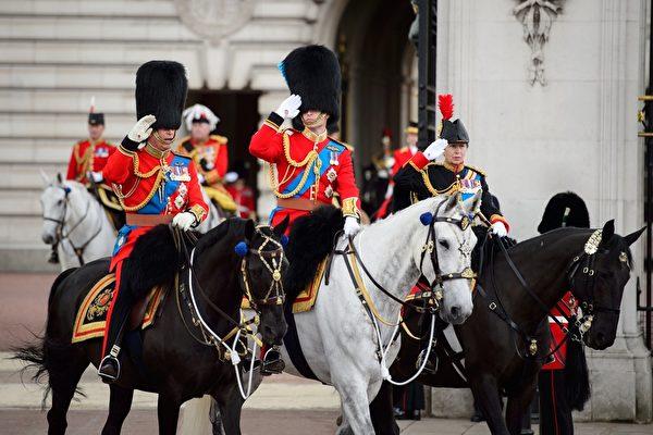 2014年6月14日,查爾斯王儲(左)、威廉王子(中)和安妮公主參加英女王生日慶典遊行。(LEON NEAL/AFP/Getty Images)