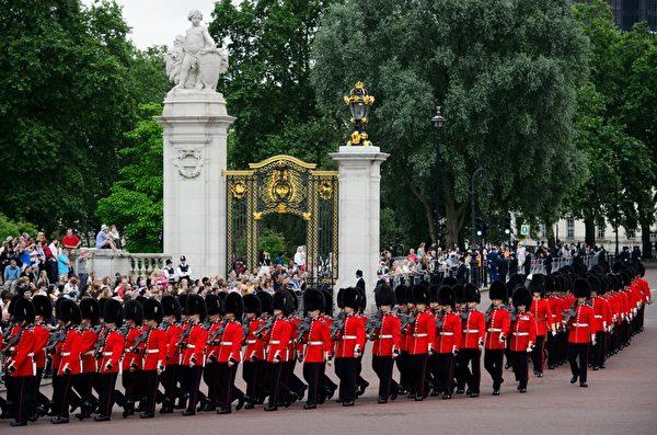 2014年6月14日,英女王伊麗莎白二世生日慶典上的皇家衛隊。(LEON NEAL/AFP/Getty Images)
