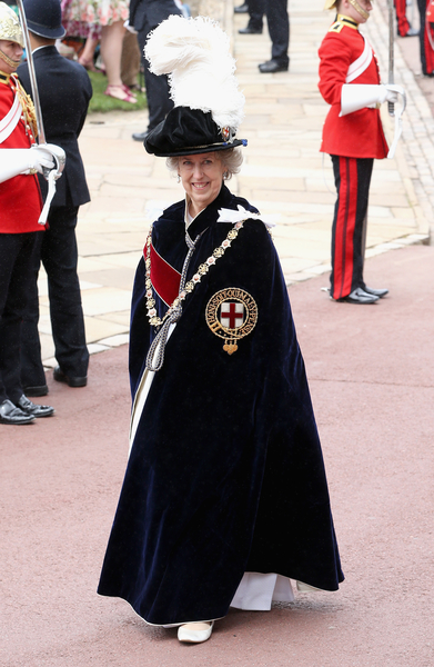 2014年6月16日,英王室舉辦嘉德勳章授勳盛典,軍情五處前處長伊麗莎•曼寧漢姆−布勒女爵士等待受勳。(Chris Jackson/Getty Images)