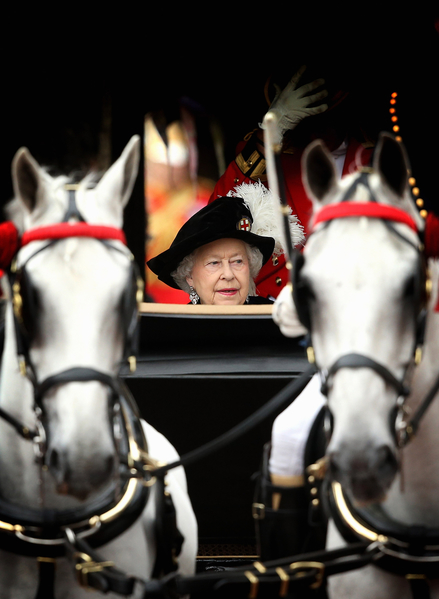 2014年6月16日,主持嘉德勳章授勳盛典之後,英女王伊麗莎白二世乘坐馬車準備離開溫莎堡。(Toby Melville - WPA Pool /Getty Images)