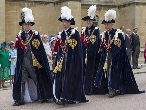 2014年6月16日,(左起)安德魯王子、愛德華王子、威廉王子與查爾斯王子身穿深藍色天鵝絨長披風,出席嘉德勳章授勳盛典。(ARTHUR EDWARDS/AFP/Getty Images)