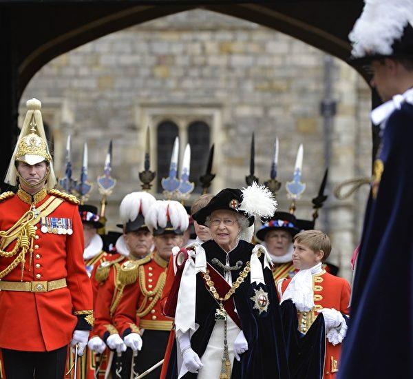 2014年6月16日,英女王伊麗莎白二世亮相溫莎堡,準備主持嘉德勳章授勳盛典。(Toby Melville - WPA Pool /Getty Images)