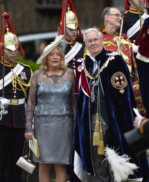 2014年6月16日,英王室舉辦嘉德勳章授勳盛典,英國央行前行長默文•金(右)等待受勳。(Toby Melville - WPA Pool /Getty Images)