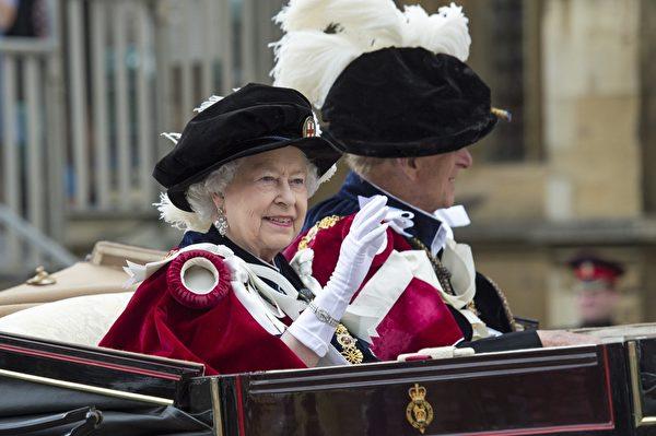 2014年6月16日,英女王伊麗莎白二世與菲利普親王在嘉德勳章授勳盛典之後乘車離開溫莎堡。(ARTHUR EDWARDS/AFP/Getty Images)